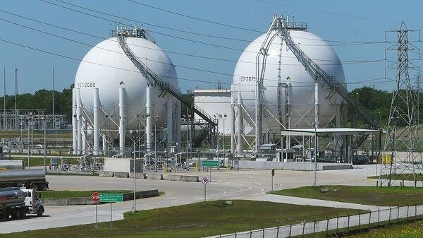 Шаровые резервуары на окраине Хьюстона, штат Техас. - Sputnik Latvija