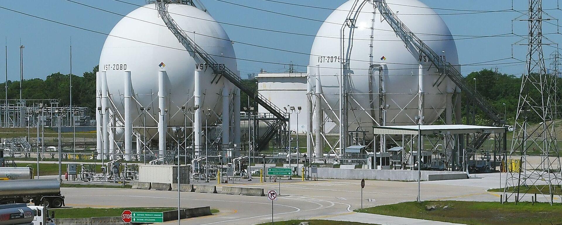 Шаровые резервуары на окраине Хьюстона, штат Техас. - Sputnik Latvija, 1920, 01.04.2021