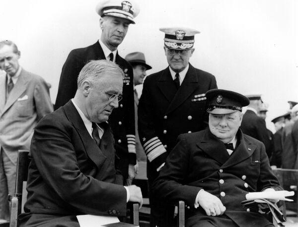 Президент США Франклин Д. Рузвельт и премьер-министр Великобритании Уинстон Черчилль на военно-морской базе Арджентия, 1941 год - Sputnik Латвия