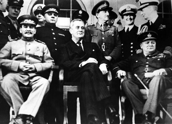 Председатель СССР Иосиф Сталин, президент США Франклин Рузвельт и премьер-министр Великобритании Уинстон Черчилль на Тегеранской конференции, 1943 год - Sputnik Латвия