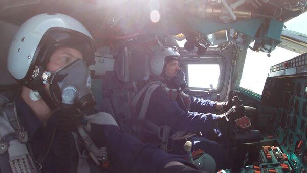 Ответ на учения НАТО: экипажи Ту-22М3 отработали пуски ракет по целям в Баренцевом море - Sputnik Латвия