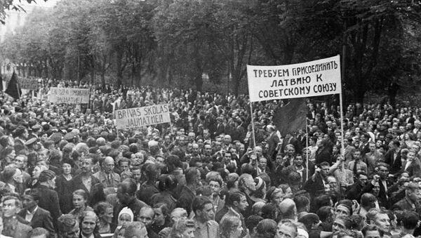 Демонстрация трудящихся города Риги, требующих присоединения Латвии к СССР. 1940 год - Sputnik Latvija