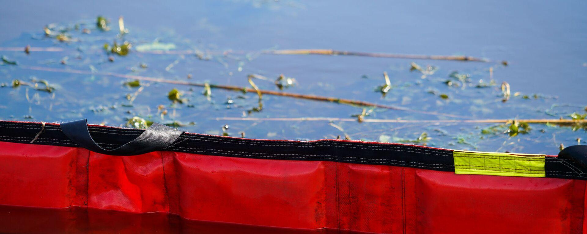 Учения Латвийской пожарно-спасательной службы по устранению разлива нефтепродуктов на воде - Sputnik Латвия, 1920, 15.07.2021