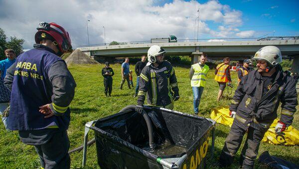 Учения Латвийской пожарно-спасательной службы по устранению разлива нефтепродуктов на воде. - Sputnik Латвия