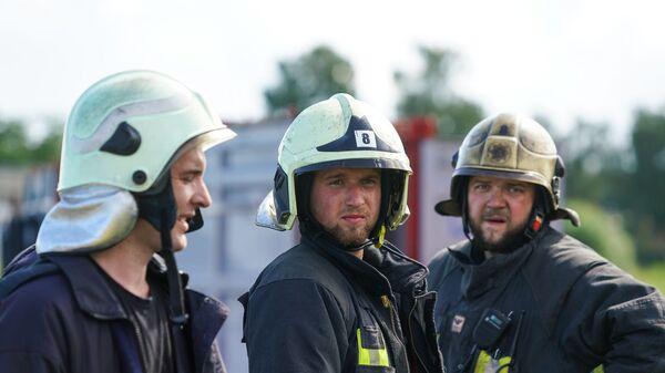Учения Латвийской пожарно-спасательной службы по устранению разлива нефтепродуктов на воде. Латвийские пожарные - Sputnik Latvija