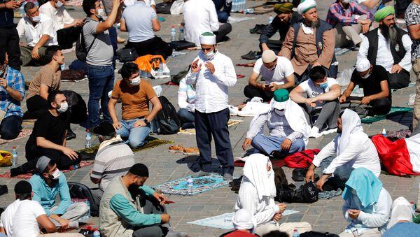 Верующие перед намазом на площади Султанахмет у собора Святой Софии в Стамбуле  - Sputnik Латвия