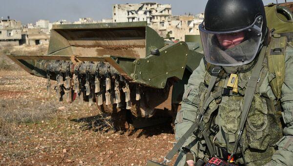 Военный инженер ведет работы по разминированию сирийского города Алеппо при помощи роботизированного комплекса разминирования Уран-6, архивное фото - Sputnik Латвия