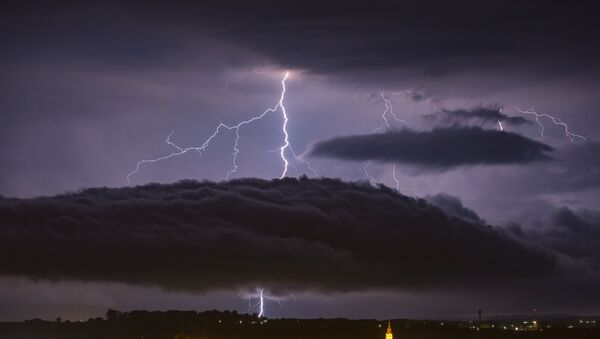 Молния в небе над городом - Sputnik Latvija