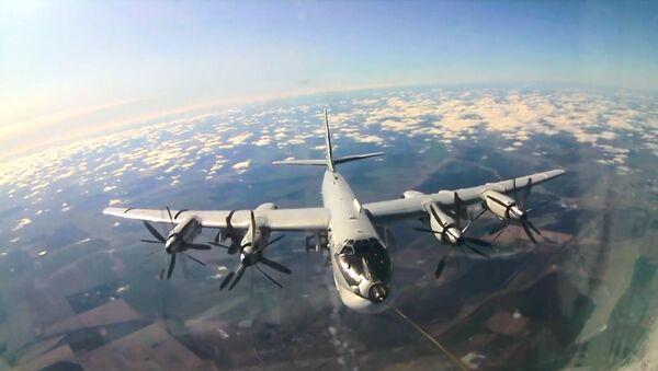 Высший пилотаж: экипажи ракетоносцев Ту-95 отработали дозаправку в воздухе - Sputnik Латвия