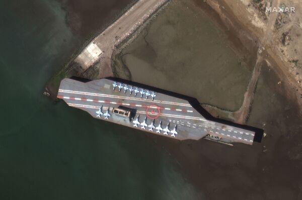 ASV aviācijas bāzes kuģa makets Irānas militārajās mācībās Ormuza šaurumā - Sputnik Latvija