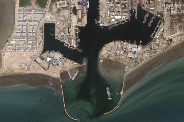 ASV aviācijas bāzes kuģa makets Bandarabasā Irānas militārajās mācībās Ormuza šaurumā  - Sputnik Latvija