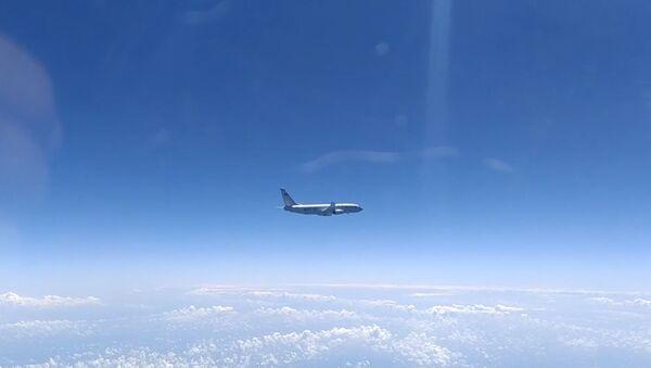 Подозрительные туристы: российский Су-27 перехватил два самолета-разведчика США - Sputnik Латвия
