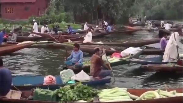 Подплывай, покупай! Как работает лодочный рынок в Индии - Sputnik Латвия