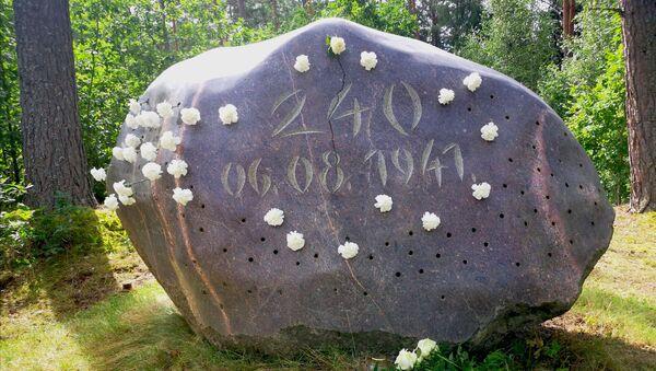 Мемориальный камень в лесу у бывшей Светской мельницы на месте расстрела - большой ледниковый гранитный валун с цифрой 240 и датой казни - Sputnik Латвия