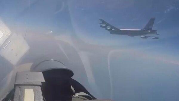 Krievijas iznīcinātājs Su-27 pārtvēris ASV izlūklidmašīnas - Sputnik Latvija