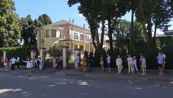 Очередь перед посольством Беларуси в Риге в день выборов президента Республики Беларусь. - Sputnik Латвия
