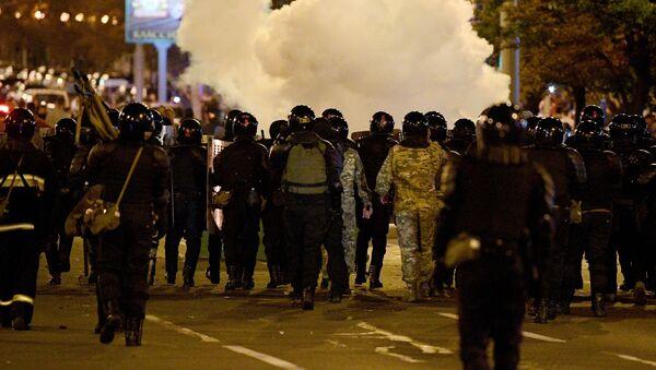 Сотрудники правоохранительных органов во время акции протеста в Минске - Sputnik Latvija