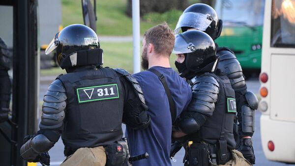 Сотрудники правоохранительных органов задерживают участников акции протеста в Минске. - Sputnik Latvija