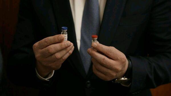 Krievija pirmā pasaulē piereģistrēja vakcīnu pret koronavīrusu - Sputnik Latvija