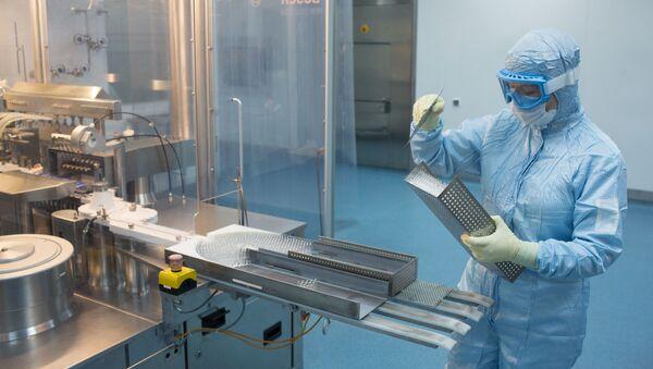 Производство вакцины от COVID-19 на фармацевтическом заводе Биннофарм - Sputnik Latvija