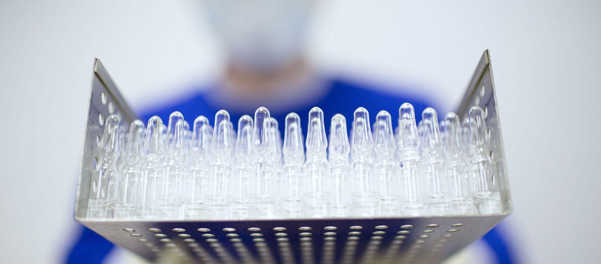 Производство вакцины от COVID-19 на фармацевтическом заводе Биннофарм - Sputnik Латвия, 1920, 14.03.2021