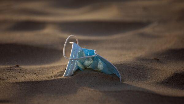 Медицинская маска, забытая на пляже - Sputnik Latvija