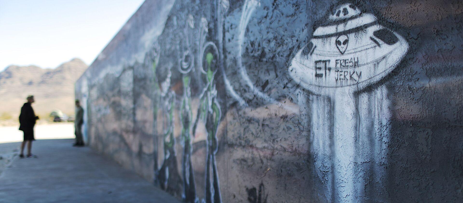 Люди около граффити перед штурмом Зоны 51 в штате Невада. 20 сентября 2019 - Sputnik Latvija, 1920, 15.08.2020