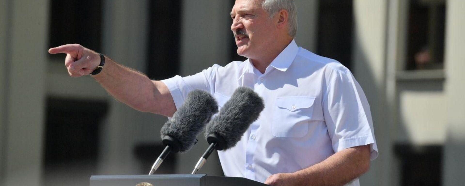 Александр Лукашенко выступает перед сторонниками на площади Независимости - Sputnik Латвия, 1920, 22.08.2020