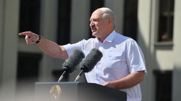 Александр Лукашенко выступает перед сторонниками на площади Независимости - Sputnik Latvija