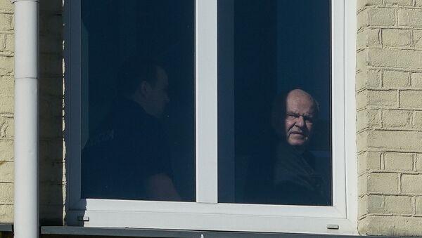 Олега Бурака ведут на заседание суда - Sputnik Латвия