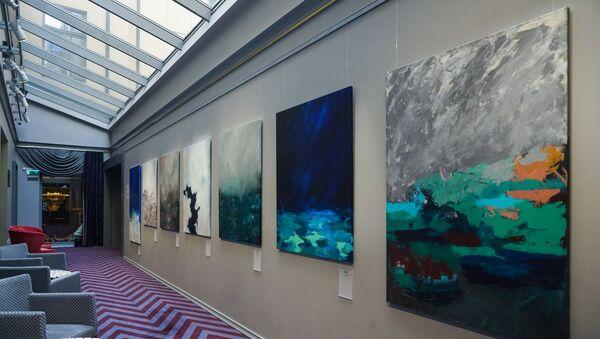 Выставка атмосферных полотен «Ничто» Лауры Вели проходит в холле отеля – стать ее посетителем может каждый желающий - Sputnik Латвия