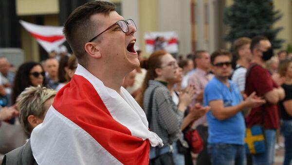 Участники акции протеста на площади Независимости в Минске - Sputnik Latvija