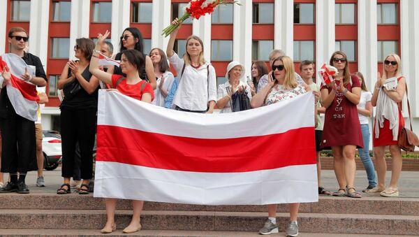 Участники акции протеста перед Министерством иностранных дел в Минске - Sputnik Latvija