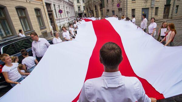 Участники акции памяти Балтийского пути и в поддержку народа Беларуси в Риге - Sputnik Латвия