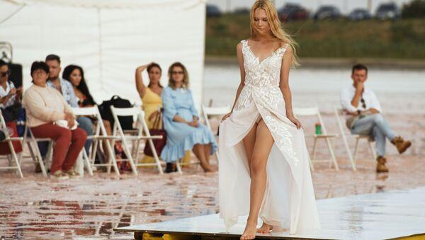 Модель демонстрирует одежду из новой коллекции бренда Dress Dreams на озере Сасык-Сиваш под Евпаторией - Sputnik Латвия
