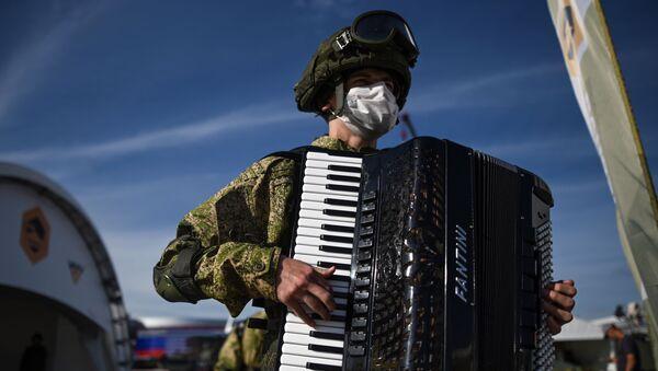 Военнослужащий с аккордеоном на выставке вооружений Международного военно-технического форума (МВТФ) Армия-2020 в военно-патриотическом парке Патриот. - Sputnik Латвия
