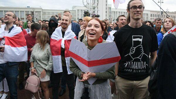 Участники митинга оппозиции на площади Независимости в Минске - Sputnik Латвия