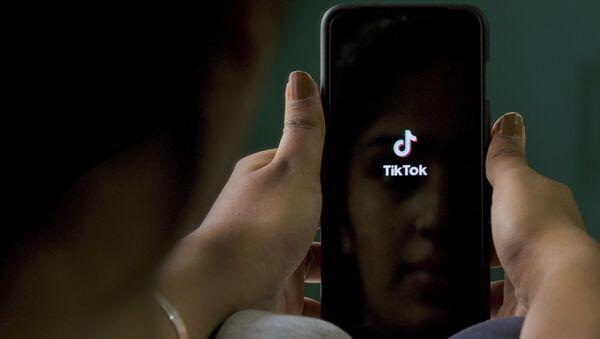 Логотип приложения TikTok на экране мобильного телефона - Sputnik Latvija