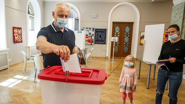 В Риге началось досрочное голосование на муниципальных выборах 2020 - Sputnik Латвия