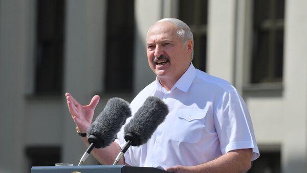 Президент Белоруссии Александр Лукашенко выступает на митинге, организованном в его поддержку на площади Независимости в Минске - Sputnik Latvija