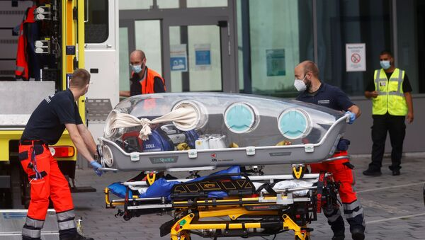 Немецкие медики везут Алексея Навального в клинику Шарите, Берлин - Sputnik Latvija