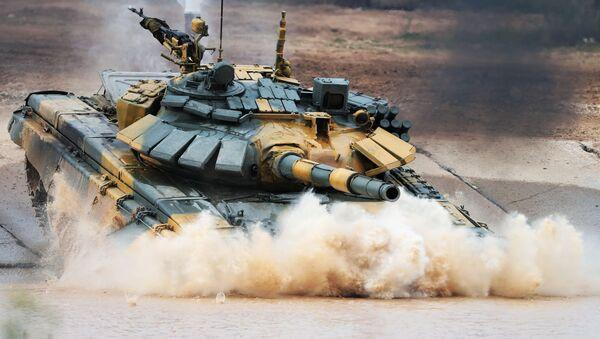 Танк Т-72 команды военнослужащих Вьетнама во время соревнований танковых экипажей в рамках конкурса Танковый биатлон-2020 на полигоне Алабино в Подмосковье во второй день VI Армейских международных игр АрМИ-2020 - Sputnik Latvija