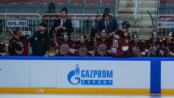 Скамейка «Динамо» Рига во главе с новым тренером Петерисом Скудрой - Sputnik Латвия