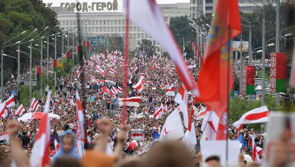 Десятки тысяч человек вышли в Минске на акцию протеста 6 сентября - Sputnik Latvija