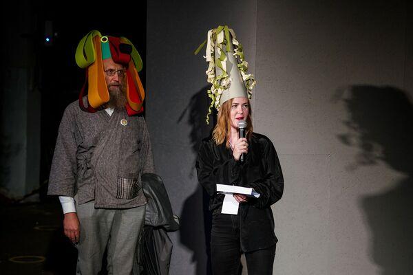 Скульптор Айгарс Бикше и директор Кристиана Карклиня на церемонии открытия парада масок в честь квадриеннале скульптуры - Sputnik Латвия