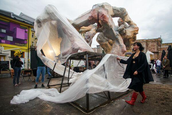 Молодой скульптор Анце Вилните открывает в квартале Таллинас скульптуру «Борьба гигантов» - Sputnik Латвия