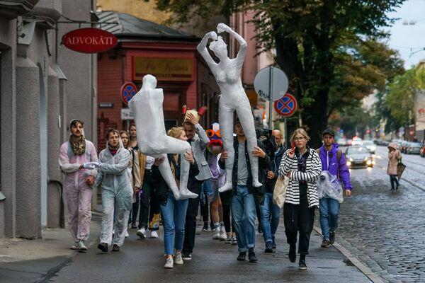 Шествие по Риге в честь открытия квадриеннале скульптуры напоминало кадры из фильмов Феллини - Sputnik Латвия