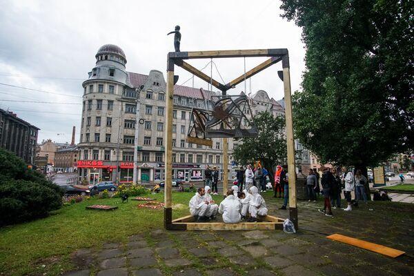 Скульптура «Колоколы независимости» - напоминание о позорном столбе на углу улиц Стабу и Сколас, где в XVII-XIX проводились публичные казни представителей низших сословий - Sputnik Латвия