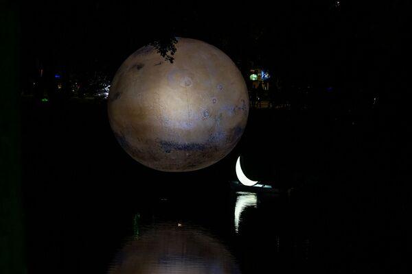 Инсталляции «Марс» британского художника Люка Джеррама и «Частный месяц» Леонида Тишкова в Рижском канале стали самыми фотографируемыми объектами «Белой ночи» - Sputnik Латвия