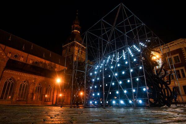 Объект «Разорванные связи» на Домской площади иллюстрировал разобщение людей в пандемические времена. - Sputnik Латвия